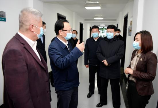 11月23日,吉林省委书记景俊海到吉林省人大常委会机关走访调研,与工作人员亲切交流。