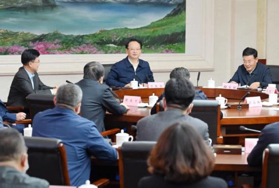 11月23日,吉林省委书记景俊海到吉林省人大常委会机关走访调研,主持召开座谈会。