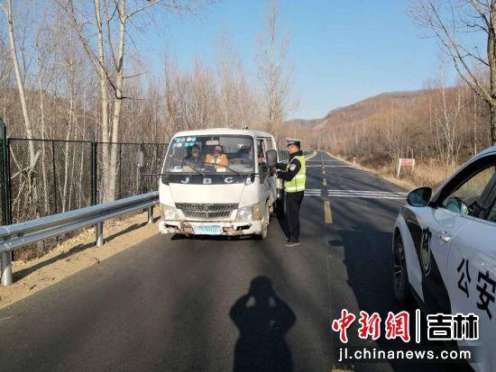 民警对过往车辆开展安全检查 和龙森林公安/供图
