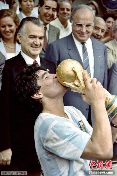 1986年6月29日,墨西哥城的阿兹特卡体育场,马拉多纳在阿根廷夺得世界杯冠军后亲吻奖杯。