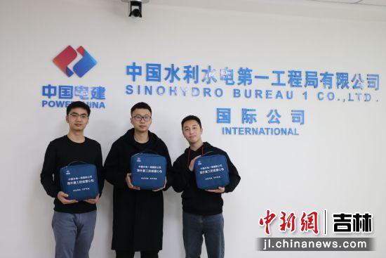 """图2 该公司正在向即将赴境外员工发放""""防疫爱心包""""。中国水电一局国际公司/供图"""