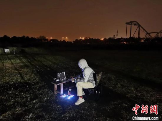 团队成员正在外场做夜间飞行测试、包裹得严严实实。复旦大学供图