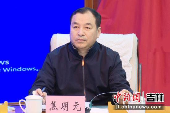"""农安县委常委、组织部长焦明元领学了中共中央办公厅印发的《关于巩固深化""""不忘初心、牢记使命""""主题教育成果的意见》和《党章》。"""
