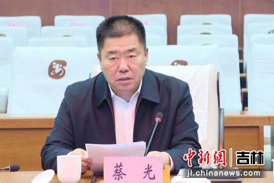 会上,农安县人大常委会主任蔡光汇报了县人大常委会党组工作开展情况;