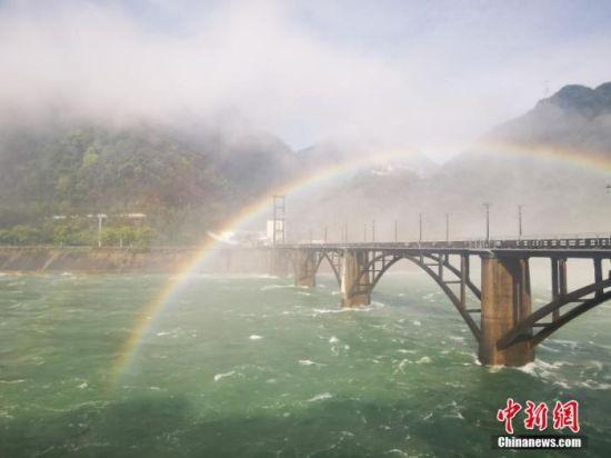 资料图:新安江水库泄洪激起的水雾,与阳光勾画出彩虹(图文无关)。 钱晨菲 摄
