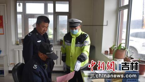 民警对群众发放交通宣传资料 白河森林公安局/供图