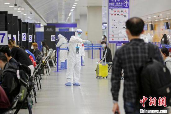 浦东机场海关人员引导入境旅客等待进行信息核查。(资料照片) 殷立勤 摄