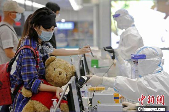 浦东机场海关人员对入境旅客信息信息核查。(资料照片) 殷立勤 摄