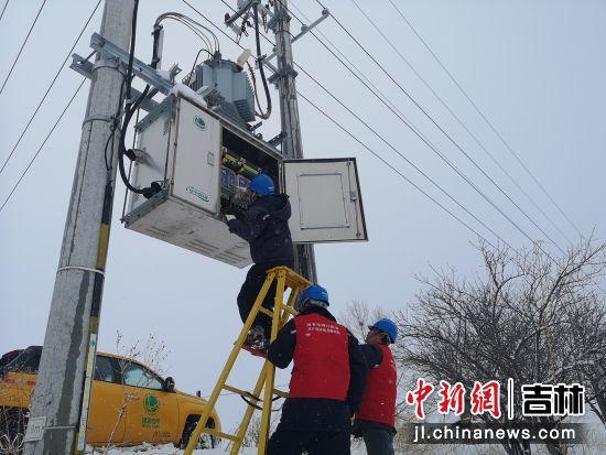 电力工人保障供电。国网珲春电力公司/供图