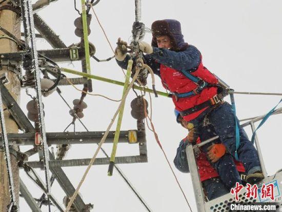 2020年冬,吉林遭遇强雨雪冰冻天气,电力工人冒雪抢修供电线路。(资料图)国网吉林省电力有限公司供图