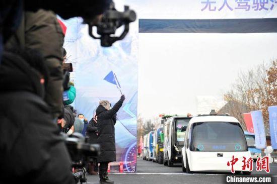 参加小巴环潭表演赛的车辆在起点准备发车。 高龙安 摄