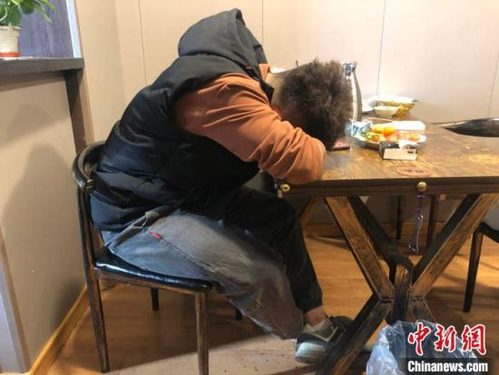 这两天太累了,王撼东趴在店里的桌子上打个盹。 孙博妍 摄