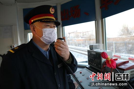 图为道口员杨忠礼接收列车接近道口信息。王鹏/供图