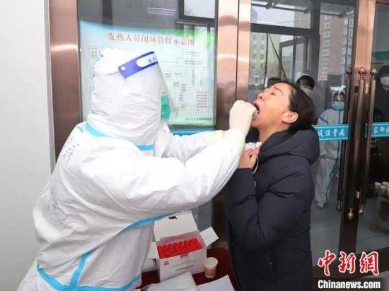 通化市东昌区居民进行核酸检测。(资料图)通化市东昌区委宣传部供图