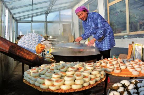 """抚松县仙人桥镇黄家崴子村粘火勺已有上百年的烙制食用历史,通过""""互联网+电商""""的新型模式销售,深受消费者青睐。"""