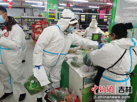 青年志愿者在超市分拣居民订单
