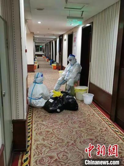 孙琦和同事在隔离点走廊里休息 受访者供图