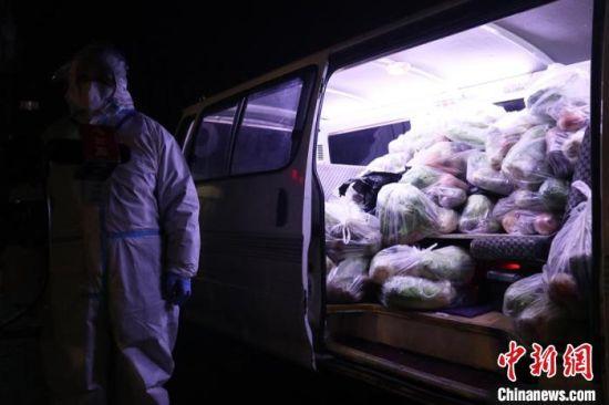 蔬菜包已及时配送到居民家中 苍雁 摄