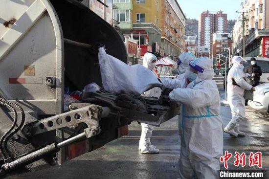 环卫工人在运送垃圾 苍雁 摄