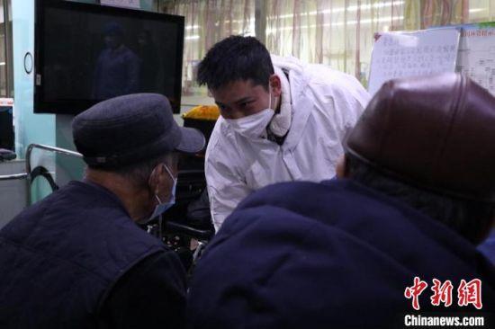 孟辉(中)和透析患者聊天 苍雁 摄