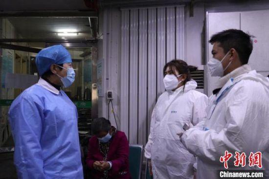 志愿者与护士进行交流 苍雁 摄