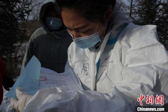 红十字会工作人员清点物资 苍雁 摄