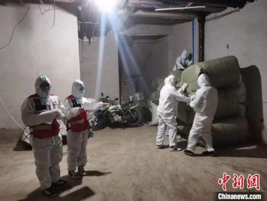 红十字会工作人员清点物资。苏钰涵供图