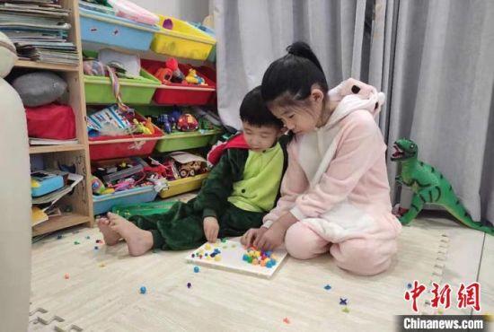 齐湘莹11岁的女儿和5岁的儿子。齐湘莹供图