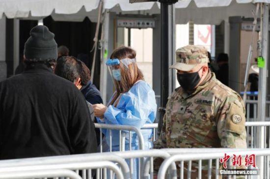 当地时间2月5日,纽约洋基球场新冠疫苗接种点工作人员接待市民。当日,纽约洋基球场作为新冠疫苗大规模接种点启用。 中新社记者 廖攀 摄