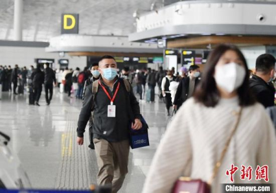 葛俊龙在机场。 张瑶 摄