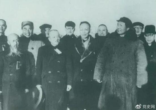 1949年3月,各界人士代表在北京西苑机场同毛泽东、朱德等留影。