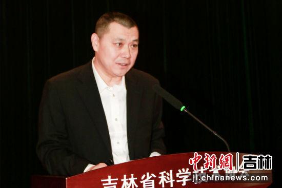 赵欣理事长在大会上致辞。吉林省科普作家协会/供图