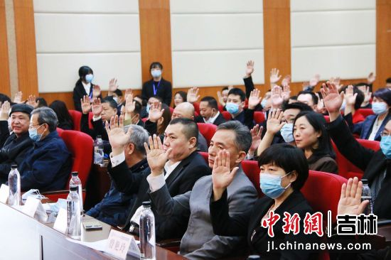 会议举手表决。吉林省科普作家协会/供图