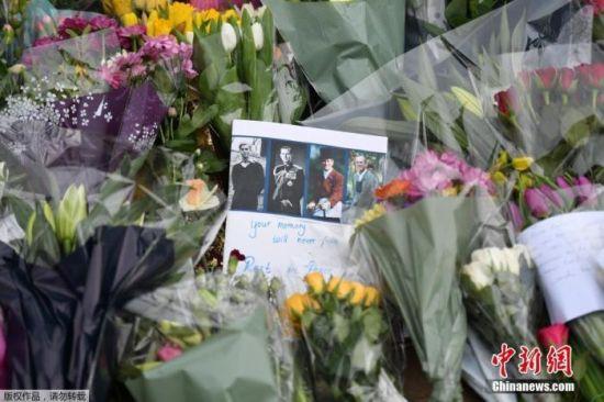 当地时间2021年4月9日,英国伦敦,英国白金汉宫发表声明称,菲利普亲王去世,享年99岁。民众聚集在白金汉宫前,献花并悼念菲利普亲王的离世。