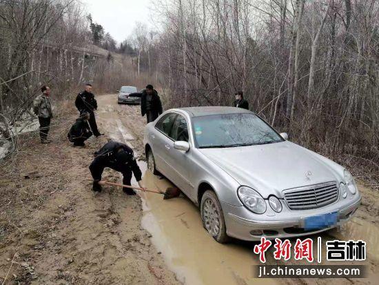 民警救助受困车辆。白河森林公安局/供图