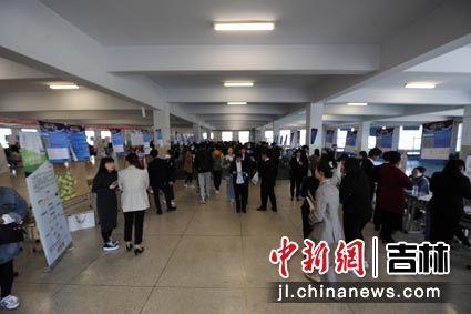 本此双选会近200家企业提供4000多个就业岗位 刘栋/摄