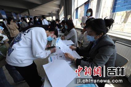 用人单位正在查看学生简历 刘栋/摄