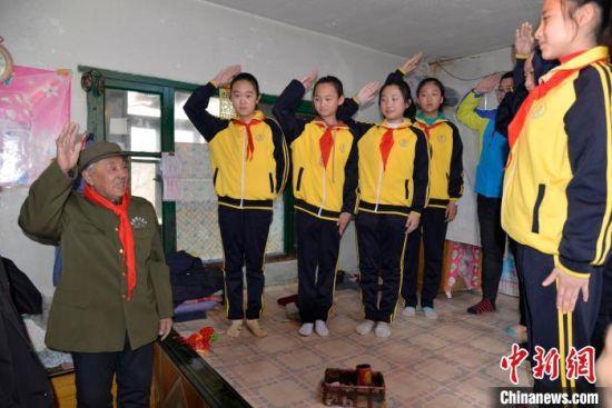 吉林舒兰小学生探望老兵现场 舒兰市委宣传部供图