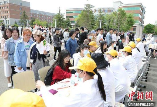 长春中医药大学中医药文化节活动现场。 郭佳 摄