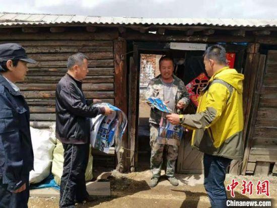 天桥岭局工作人员在辖区开展紧急宣传活动。 东北虎豹国家公园管理局天桥岭局供图