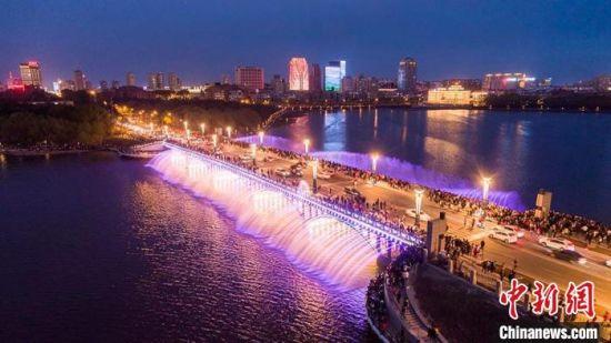 长春南湖大桥音乐喷泉秀 (资料图) 长春市文广旅局供图