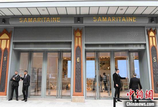 图为重新营业当天莎玛丽丹百货公司的出口,有多名工作人员驻守。中新社记者 李洋 摄