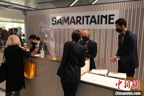 图为重新营业当天莎玛丽丹百货公司繁忙的前台。中新社记者 李洋 摄