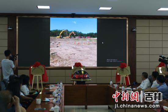 视频连线现场,与会人员观看了蛟河市首家棋盘村雷猪种猪基地开工现场 主办方/供图