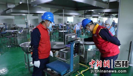工作人员在煎饼企业进行用电检查。国网敦化市供电公司/供图
