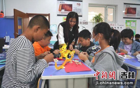 做手工培养了学生的注意力和手脑配合能力。王凯/供图