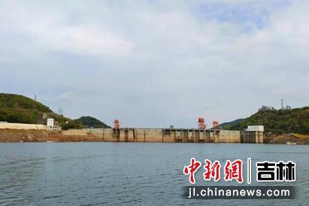 白山湖上远望水电站大坝 龙安/摄