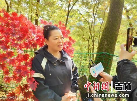 红石国家森林公园总经理郑晓然介绍情况 龙安/摄
