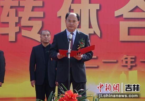 德惠市委书记赵文波宣布宣布项目成功合龙 德惠市委宣传部/供图