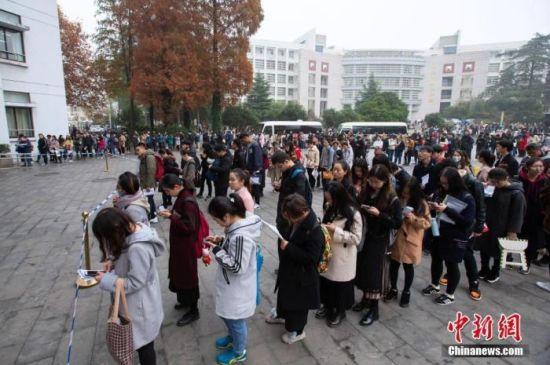 资料图:图为考生在2019国考南京林业大学考点等候进场参加考试。 中新社发 苏阳 摄 图片来源:CNSPHOTO